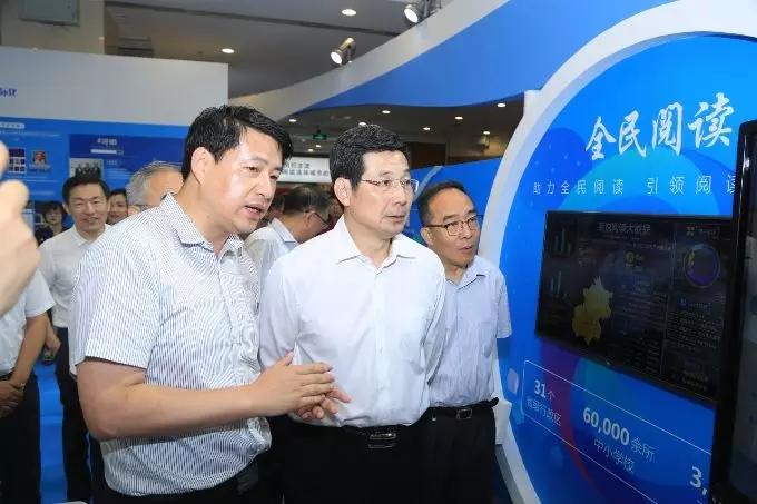 中宣部副部长庄荣文莅临数博会中文在线展区 肯定其国际化战略